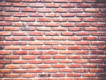 Wand-Beschaffenheitsschmutzhintergrund des roten Backsteins für vignetted Ecken oder Innenarchitektur Stockfoto