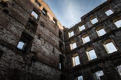 Wand der alten zerstörten Mühle getont Stockfotos