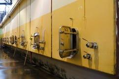 Wand in der bulgarischen Weinkellerei mit Edelstahlfermentationsbehältern Stockfotografie