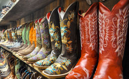 Wand der Cowboystiefel Stockfoto