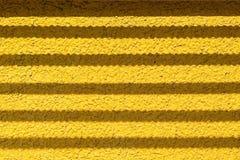Wand der gelben Farbe mit Installationsschattenstreifen Stockfotos