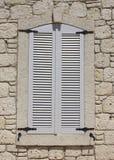 Wand der Kalksteinmaurerarbeit mit Fenster stockfotografie