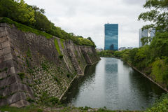 Wand der Osaka-Kaste mit einem Abzugsgraben Stockbilder
