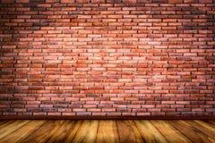 Wand der roten Backsteine mit Holzfußbodenbeschaffenheitshintergrund Stockfotos