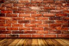 Wand der roten Backsteine mit Holzfußbodenbeschaffenheitshintergrund Stockbild