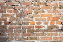 Wand des alten orange roten gebrochenen Ziegelsteines mit einer starken Schicht Zement zwischen ihnen lizenzfreies stockbild