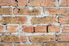 Wand des alten orange roten gebrochenen Ziegelsteines mit einer starken Schicht Zement zwischen ihnen stockbild