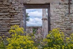 Wand des alten zerstörten Gebäudes Stockfoto