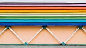 Wand des Gebäudes, Unterstützungen in Form von Rohren und Dächer belichtet in Form eines Regenbogens Stockbild