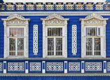 Wand des hölzernen traditionellen russischen Hauses Stockbild