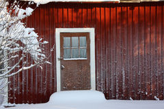 Wand des Hauses abgedeckt mit Raureif Stockfotos