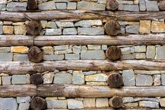 Wand des Holzes und des Felsens Stockfotos