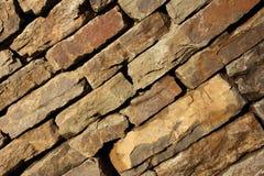 Wand des Natursteins auf der Diagonale lizenzfreie stockfotos