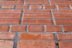 Wand des roten Backsteins Einige der Ziegelsteine mit Stellen, visiblename und Sprüngen Lizenzfreie Stockbilder