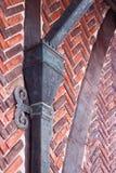 Wand des roten Backsteins mit beschuht Lizenzfreie Stockfotos