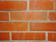 Wand des roten Backsteins mit Lehmmörserfragment von Maurerarbeitholzofen Stockbild