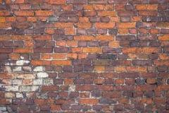 Wand des roten Backsteins, städtisches Äußeres, alte verwitterte Oberfläche Stockfotos