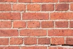 Wand des roten Backsteins zementiert in den Nähten mit Zement Stockbild