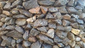 Wand des Steins Felsen mit Moos Stockfoto