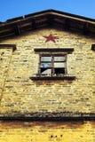 Wand des verfallenen Hauses mit einer zerbrochenen Fensterscheibe, Wand des erschöpften Gebäudes oder Armenhaus Stockfotos