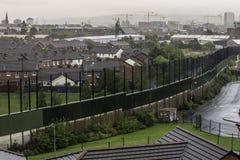 Wand, die katholische und protestierende Belfast-Nachbarschaften teilt stockbild