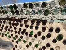 Wand eines Earthship-Hauses im New Mexiko Lizenzfreie Stockbilder