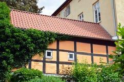 Wand eines gestalteten Gebäudes des Bauholzes Lizenzfreies Stockfoto
