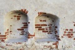 Wand eines mittelalterlichen Schlosses mit zwei Pausen Stockfotos
