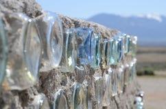 Wand eines stützbaren Baus Earthship, hergestellt mit Glasflaschen nahe Taos, New Mexiko Lizenzfreie Stockbilder