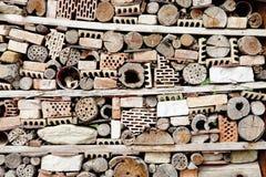 Wand errichtet von aller Art Ziegelsteine, Steine und Stöcke stockfoto