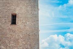 Wand, Fenster und klarer Himmel Stockfotos