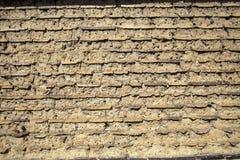 Wand gebildet vom Schlammziegelstein und vom Boden Stockfoto