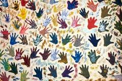 Wand gemalt mit mehreren Handpalmenkennzeichen Lizenzfreie Stockbilder