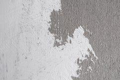 Wand gemalte weiße Farbe auf Beton Stockfotos
