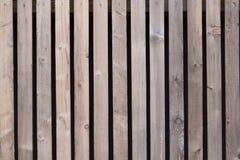Wand hergestellt von den braunen hölzernen Latten Stockbild
