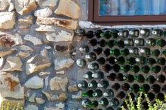 Wand hergestellt von den grünen und braunen Glasflaschen lizenzfreies stockbild