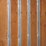 Wand hergestellt von den Holzverkleidungen mit Metallstreifen Lizenzfreie Stockbilder