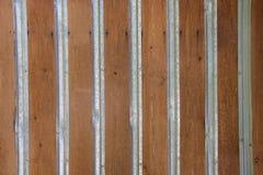 Wand hergestellt von den Holzverkleidungen mit Metallstreifen Stockbilder
