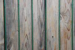 Wand hergestellt von den Holzverkleidungen verziert mit Schnur Lizenzfreie Stockfotografie