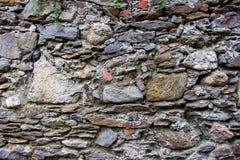 Wand hergestellt von den natürlichen Felsen Stockfotos