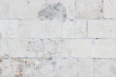 Wand hergestellt von den Steinblöcken unvorsichtig gemalt im Weiß lizenzfreie stockfotos