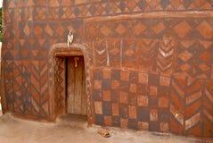 Wand mit afrikanischem Stammes- Anstrich Stockfotos