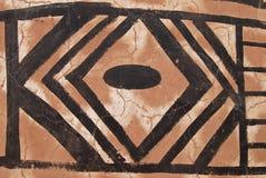 Wand mit afrikanischem Stammes- Anstrich stockbild