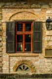 Wand mit altem Fenster Stockfotos