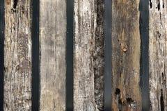Wand mit alten hölzernen Bahnschwellen Stockfotografie