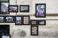 Wand mit Bildern und Zeichnungs-OS Rom Stockfotografie