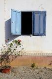 Wand mit blauem Blendenverschluss-Fenster Stockfoto
