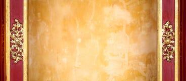 Gelbe Stuckwand mit Muster im Rahmen. Lizenzfreies Stockfoto