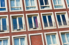 Wand mit den Fenstern stockfotos