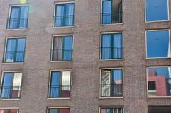 Wand mit den Fenstern stockbilder